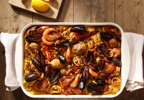 Паеля с пилешко месо и морски дарове