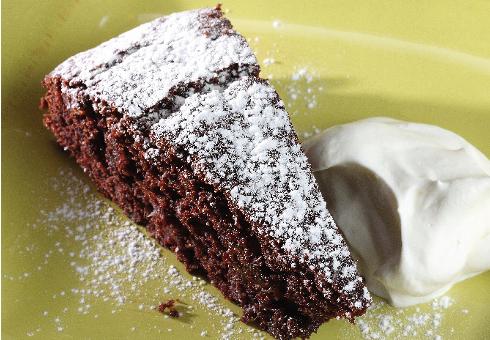 Кофейный пирог с финиками и шоколадом