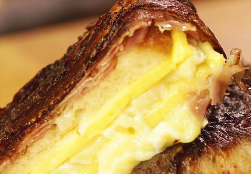 Grzanka z topionym serem zawijana boczkiem