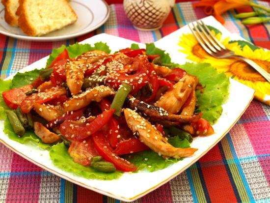 Салат из курицы фасоли и помидоры